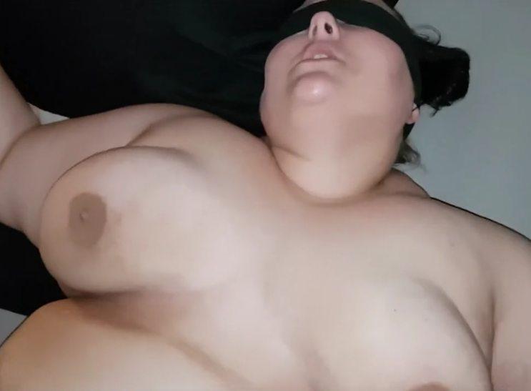 Imagen Gorda con los ojos tapados recibiendo una corrida facial