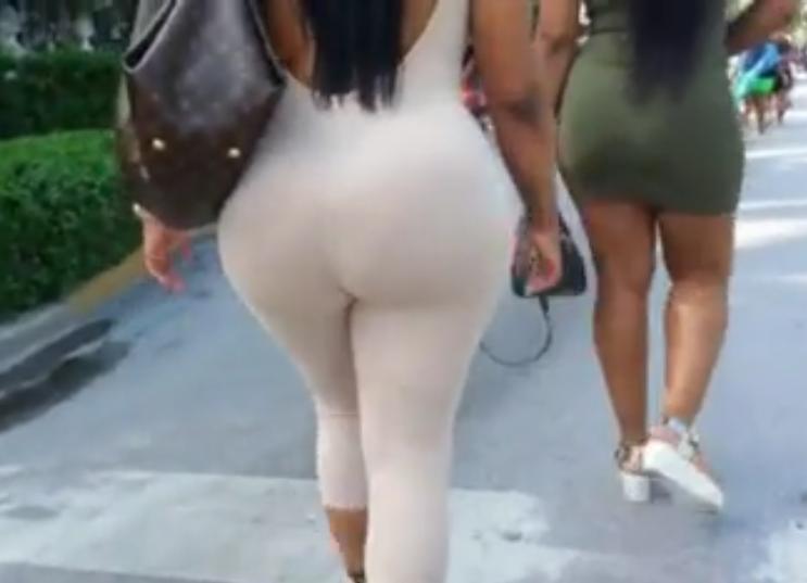 Imagen Negra con culo enorme paseando con un amiga