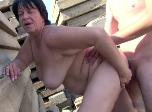 Imagen Abuela teniendo sexo con su nieto en la calle