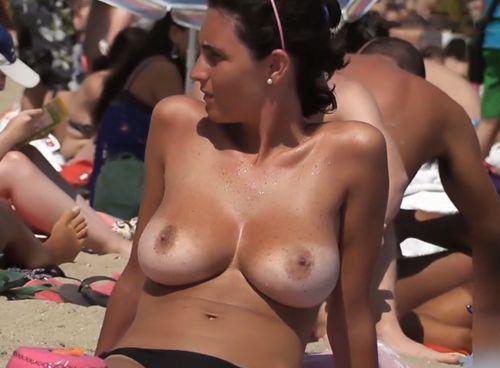 Imagen Mostrando sus buenas tetazas en la playa