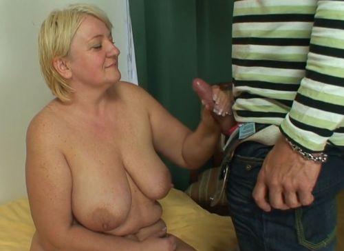 Imagen Pilla a su suegra masturbándose y se la folla