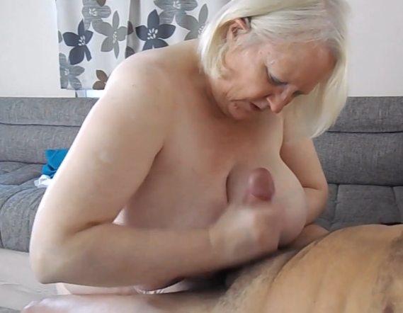 Imagen Abuela masturbando a un amigo