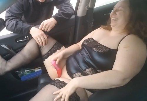 Imagen Gorda se deja masturbar por un hombre en el coche