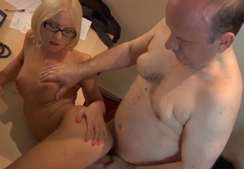 Imagen Hombre de 60 años follando con su joven doctora