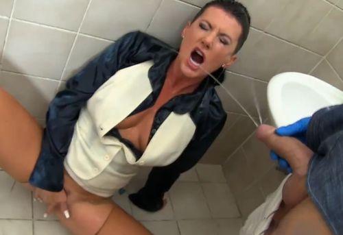 Imagen Meando y follando en un baño público