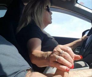 video relacionado Madura pajea a su marido conduciendo