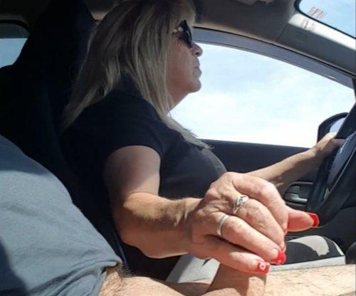 Imagen Madura pajea a su marido conduciendo