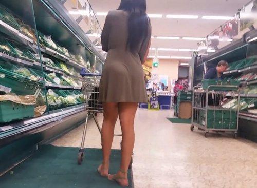 Imagen Morena de bonitas piernas en el supermercado