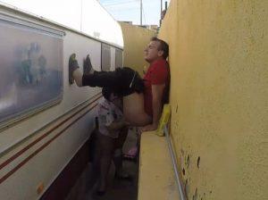 video relacionado Mamada entre la caravana y la pared