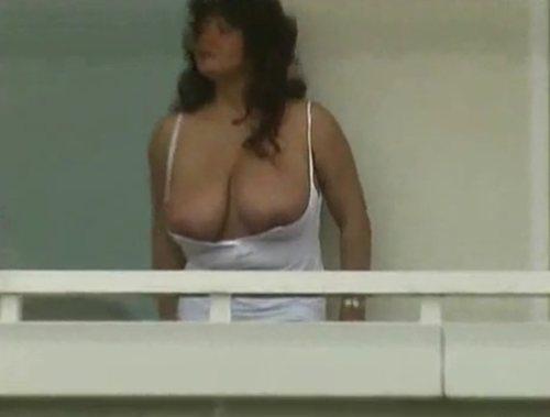 Imagen Mostrando sus tetazas en el balcón